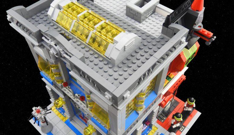 LEGO Space Brick Bank 6 768x445