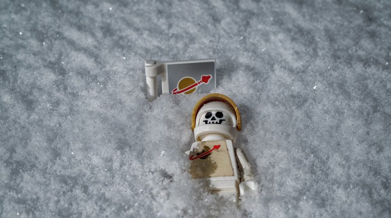 Brick Pic Snow Spaceman Featured 800 445 799x445