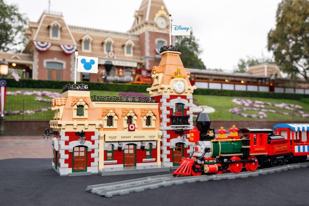 LEGO Disney 71044 Disney Train and Station 35