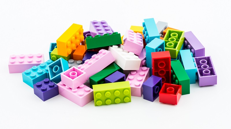 LEGO Pile Bricks Featured 800 445