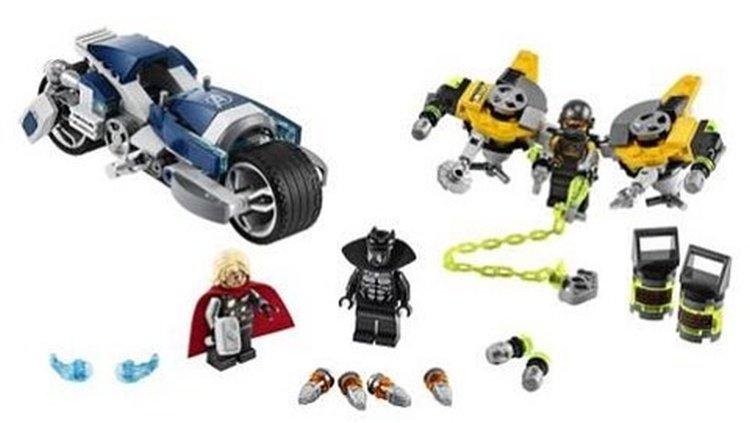 LEGO-Marvel-Avengers-76142-Avengers-Speeder-Bike-Attack-2