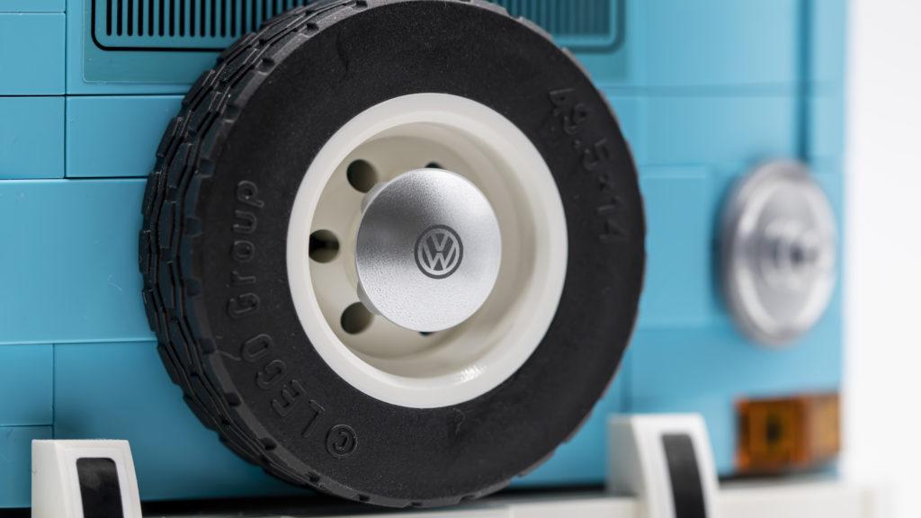 LEGO 10279 Volkswagen T2 Camper Van 18
