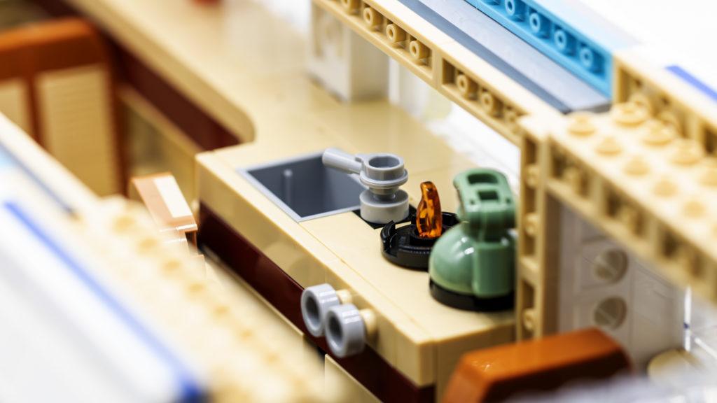 LEGO 10279 Volkswagen T2 Camper Van 3