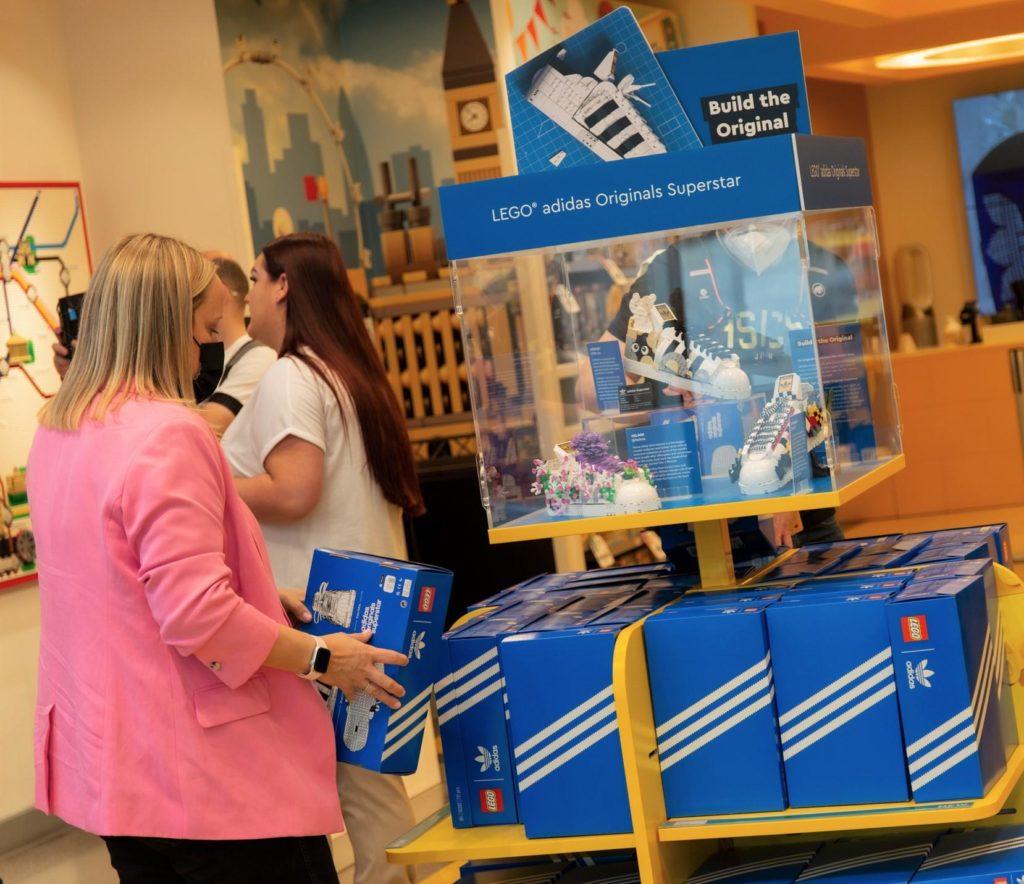 LEGO 10282 Adidas Originals Superstar display personalizzato 2