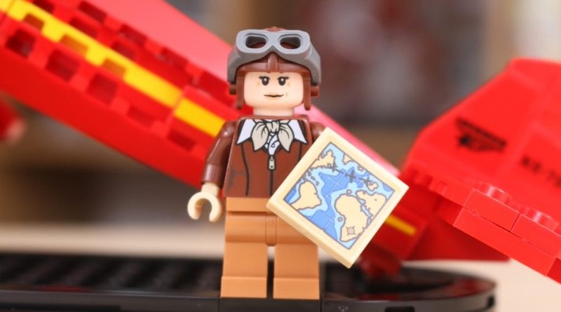 LEGO 40450 Amelia Earhart Tribute GWP featured 3