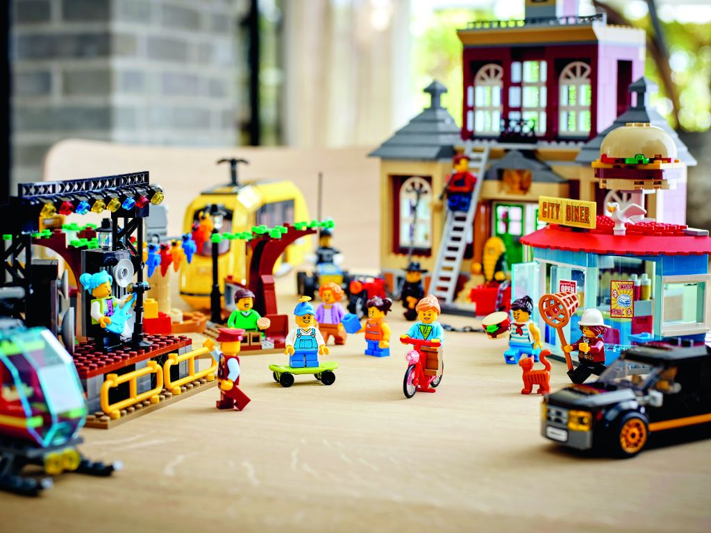 LEGO City 60271 Main Square 4