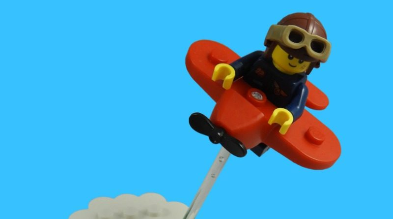 LEGO Collectible Minifigures Series 21 – Airplane Girl featured