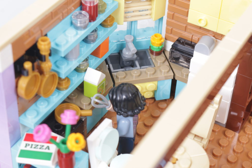 LEGO Creator Expert 10292 Friends Apartments review 43