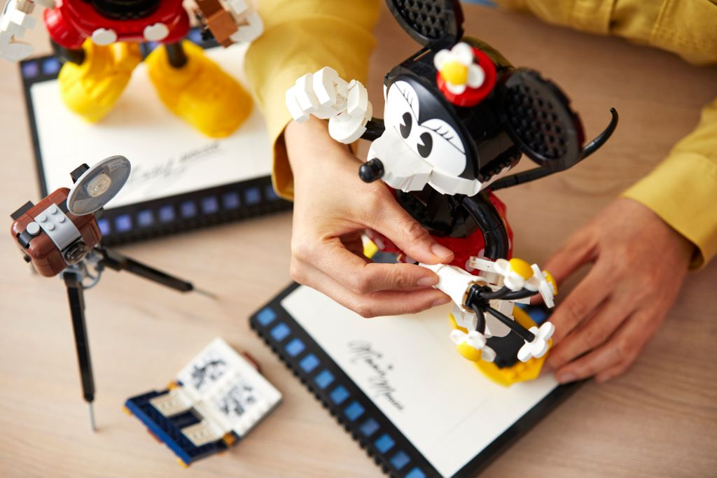 LEGO Disney 43179 Mickey Mouse and Minnie Mouse Buildable Characters 36