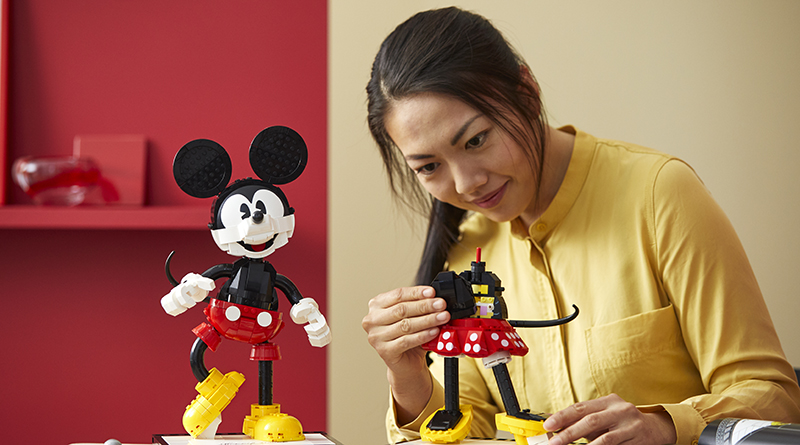 LEGO Disney 43179 Mickey Mouse And Minnie Mouse Buildable Characters Featured 4