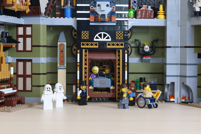 LEGO Fairground Collection 10273 Haunted House Review 45