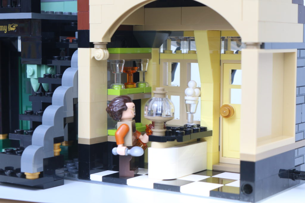 LEGO Harry Potter 75978 Diagon Alley Review 54