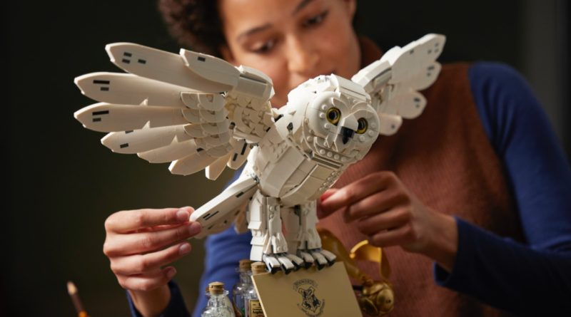LEGO Harry Potter 76391 Hogwarts Icons Collectors Edition featured Hedwig