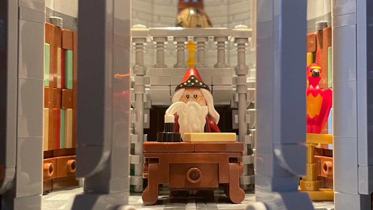 LEGO Harry Potter Dumbledores Office Featured