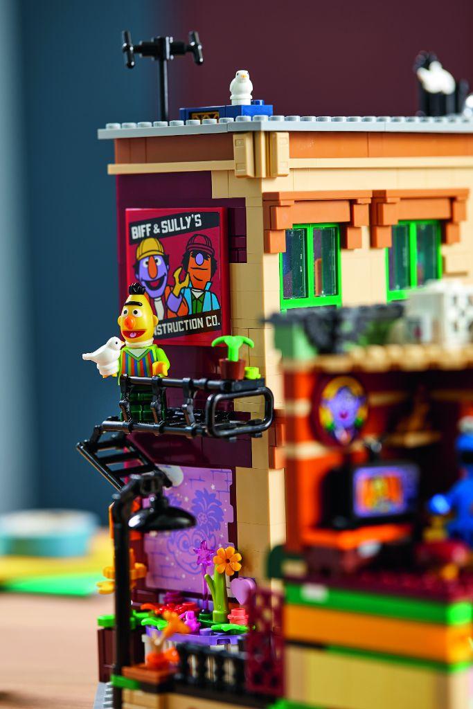 LEGO Ideas 21324 Sesame Street 11