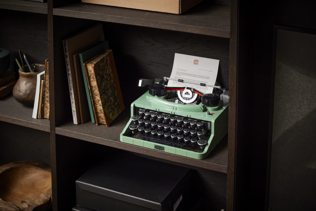 LEGO Ideas 21327 Typewriter lifestyle 12