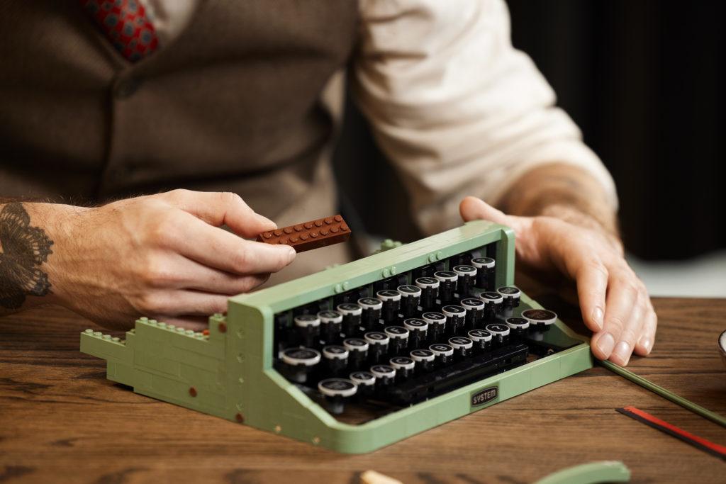 LEGO Ideas 21327 Typewriter lifestyle 6