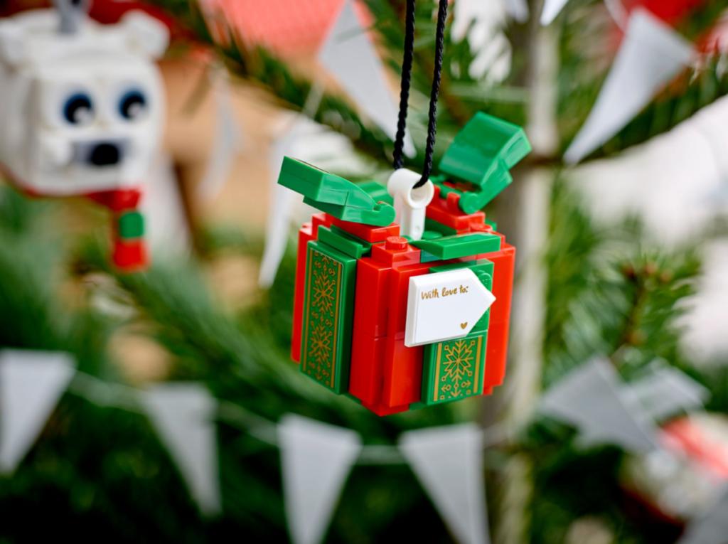 LEGO Seasonal 40494 Polar Bear Gift Pack lifestyle 2