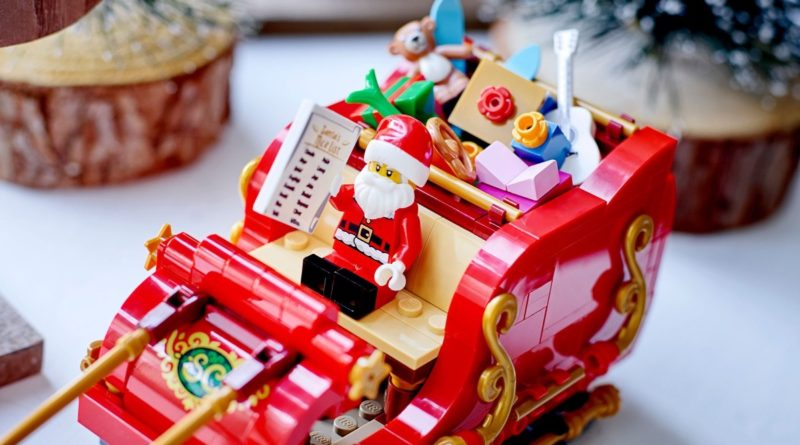 LEGO Seasonal 40499 Santas Sleigh lifestyle close up featured