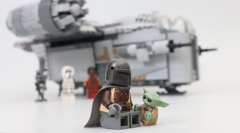 LEGO Star Wars 75292 The Mandalorian Bounty Hunter Transport The Razor Crest Featured 3