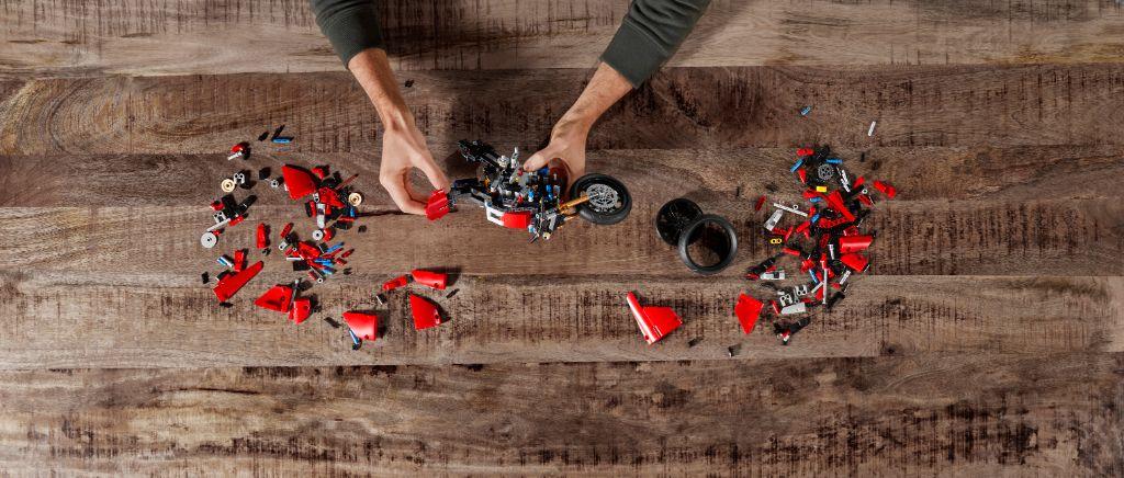 LEGO Technic 42107 Ducati Panigale V4 R 4