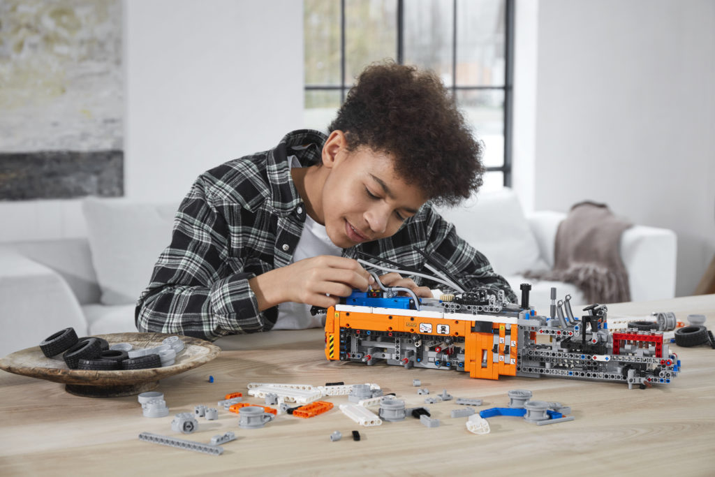 LEGO Technic 42128 Heavy duty Tow Truck 9